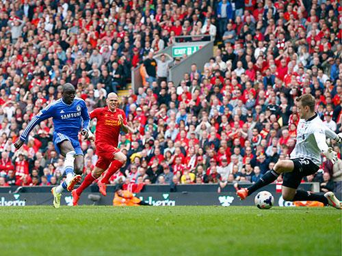 Demba Ba trong bàn mở tỉ số cho Chelsea ở phút bù giờ thứ 3 của hiệp 1 Ảnh: REUTERS