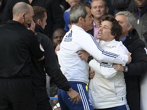"""Chelsea không thể biện minh cho hành động hung hăng của trợ lý HLV Rui Faria và lời """"khen đểu"""" trọng tài của ông Mourinho sau thất bại trước Sunderland Ảnh: REUTERS"""
