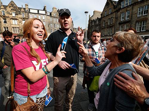 Những người ủng hộ và phản đối Scotland độc lập tranh luận tại Edinburgh hôm 8-9 Ảnh: Reuters