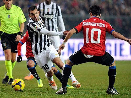 Tiền đạo Tevez (10 - giữa), một trong những nhân tố giúp Juventus giành lại ngôi đầu bảng. Ảnh: REUTERS