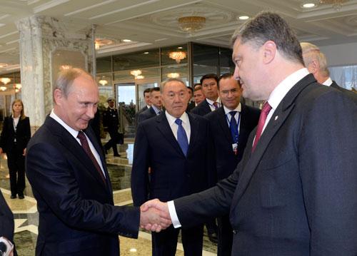 Tổng thống Nga Vladimir Putin (trái) bắt tay Tổng thống Ukraine Petro Poroshenko trước thềm cuộc gặp ở Minsk hôm 26-8Ảnh: REUTERS