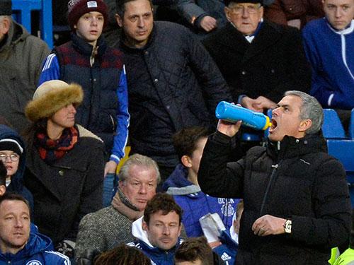 Nhiều CĐV Chelsea cho rằng việc Chelsea lên ngôi đầu bảng đang nằm trong toan tính của HLV Mourinho Ảnh: REUTERS