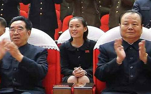 Cô Kim Yo-jong (giữa) có thể đang thay anh trai là nhà lãnh đạo Kim Jong-un điều hành Triều Tiên Ảnh: SOHU.COM