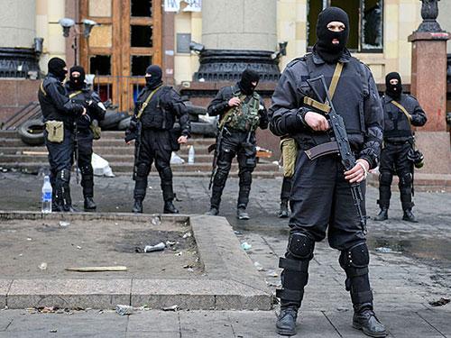 Cảnh sát Ukraine ngày 8-4 đã giành lại quyền kiểm soát tòa nhà hành chính ở Kharkov Ảnh: REUTERS