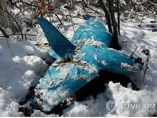 Các quan chức quân sự chủ chốt Hàn Quốc nhóm họp hôm 7-4 sau khi một chiếc máy bay không người lái nghi của Triều Tiên (ảnh dưới) được tìm thấy một ngày trước đó Ảnh: YONHAP