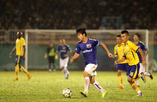 Công Phượng đeo băng đội trưởng HAGL trong trận thua Sanna Khánh Hòa BVN 1-2 Ảnh: MINH TRẦN