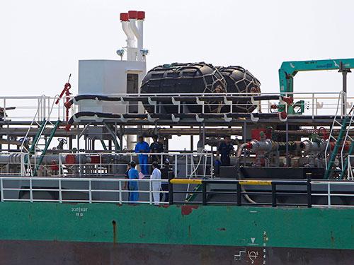 Cảnh sát biển Malaysia kiểm tra một tàu chở dầu Singapore bị cướp biển tấn công hồi tháng 4 Ảnh: AP