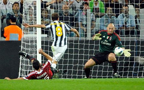 Nếu lắp đặt sớm, CĐV Serie A có thể xem được trận AC Milan tiếp Juventus của Marchisio vào rạng sáng 21-9 Ảnh: REUTERS