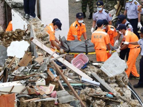 Lực lượng cứu hộ đưa thi thể nạn nhân ra khỏi đống đổ nát Ảnh: EPA