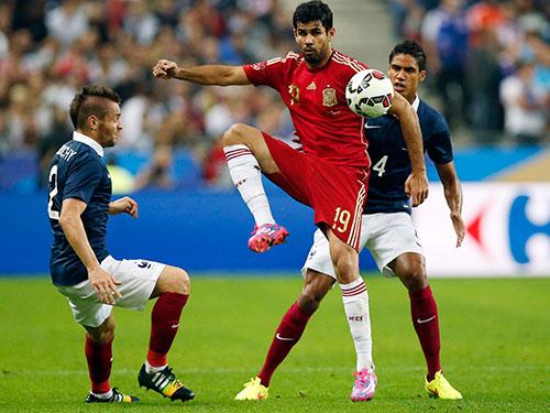 Costa (giữa) vẫn chưa có duyên trong màu áo Tây Ban Nha Ảnh: REUTERS