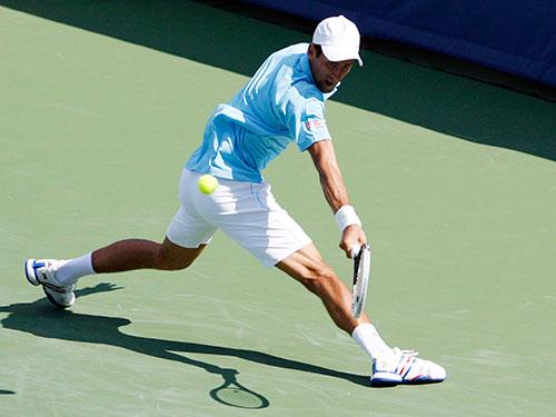Djokovic phòng ngự cánh trái yếu ớt trong trận thua Robredo  Ảnh: REUTERS