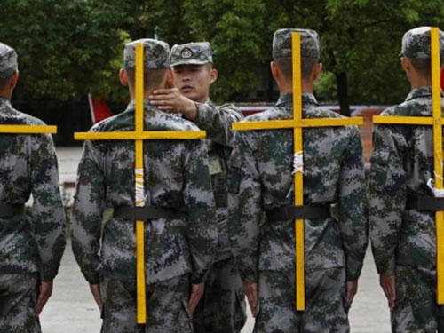 Tân binh Trung Quốc đeo giá chữ thập để luyện lưng thẳngẢnh: REUTERS
