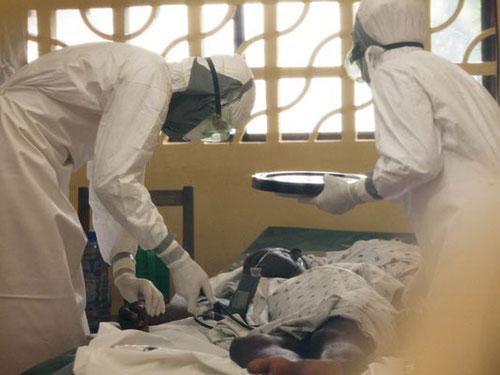 Các bác sĩ điều trị một bệnh nhân Ebola tại Monrovia - Liberia Ảnh: AP