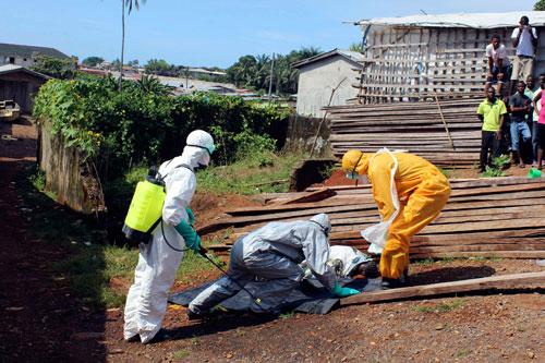 Một thi thể nạn nhân Ebola được đưa đi tại thủ đô Freetown của Sierra Leone hôm 14-10 Ảnh: REUTERS