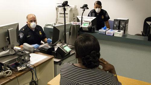 Kiểm tra thân nhiệt hành khách đến từ những nước Tây Phi có dịch Ebola tại sân bay quốc tế Kennedy ở TP New York - Mỹ Ảnh: YAHOO! NEWS