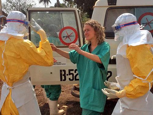 Nhân viên y tế đối phó với dịch bệnh Ebola ở Guinea Ảnh: AP