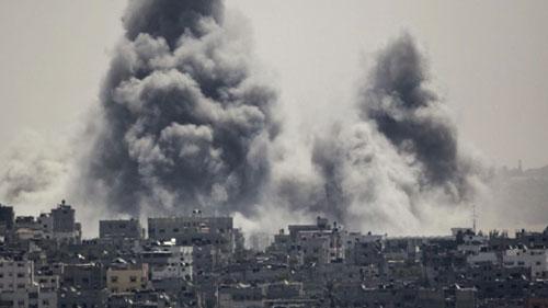 Những cột khói đen bốc lên cao trong một cuộc tấn công của Israel ở Đông Gaza hôm 27-7 Ảnh: AP