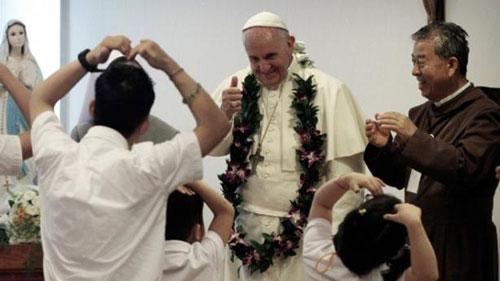 Giáo hoàng Francis thăm những trẻ em khuyết tật ở huyện Eumseong,  tỉnh Chungcheong Bắc - Hàn Quốc vào tháng 8-2014 Ảnh: AP