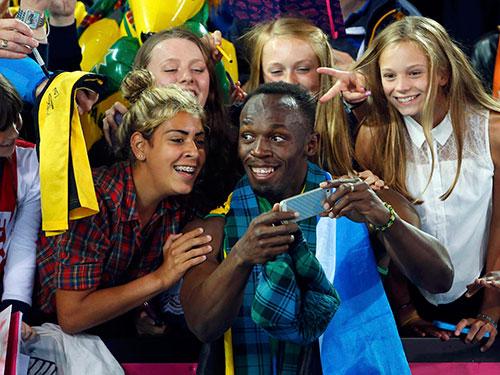 """Bolt đáp lại tình cảm của CĐV Scotland bằng màn chụp ảnh """"tự sướng"""" Ảnh: REUTERS"""