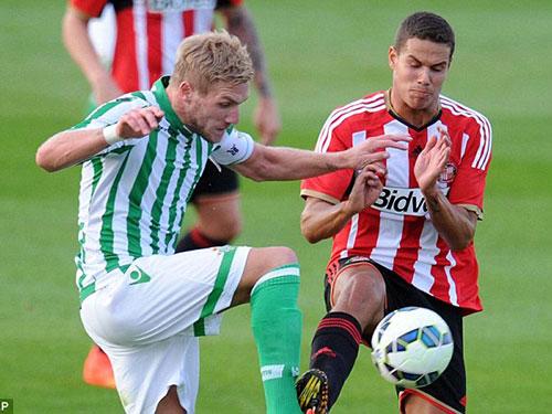 Rodwell (phải) trong màu áo mới Sunderland Ảnh: REUTERS