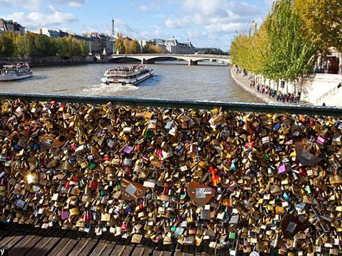 """Hàng ngàn cặp tình nhân để lại """"dấu ấn tình yêu"""" trên cầu  Pont des Arts Ảnh: Alamy"""