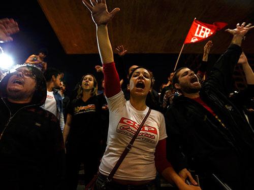 Đám đông biểu tình trong ngày đình công thứ năm của công nhân tàu điện ngầm Sao Paulo hôm 9-6  Ảnh: Reuters