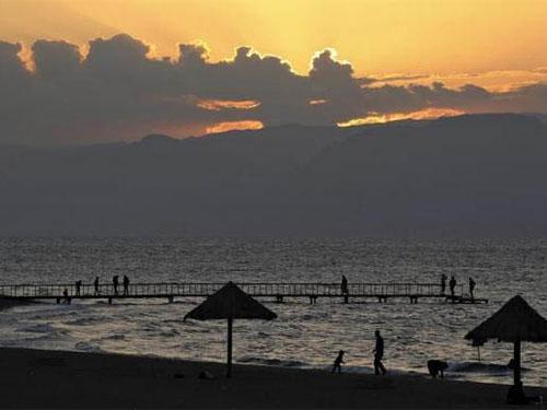 Du khách ngắm hoàng hôn ở vịnh Aqaba trên biển Đỏ Ảnh: REUTERS