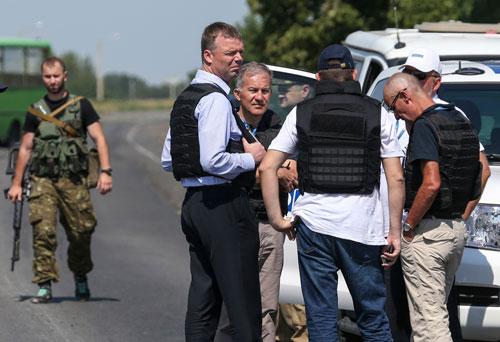 Giao tranh đang cản trở phái đoàn OSCE tiếp cận hiện trường vụ rơi máy bay MH17 ở miền Đông Ukraine Ảnh: REUTERS