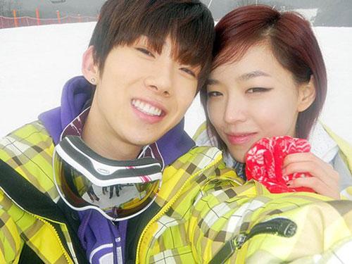 """Một cặp nghệ sĩ tham gia chương trình """"kết hôn chị em"""" trên truyền hình Hàn Quốc  Ảnh: DGUPOST.COM"""