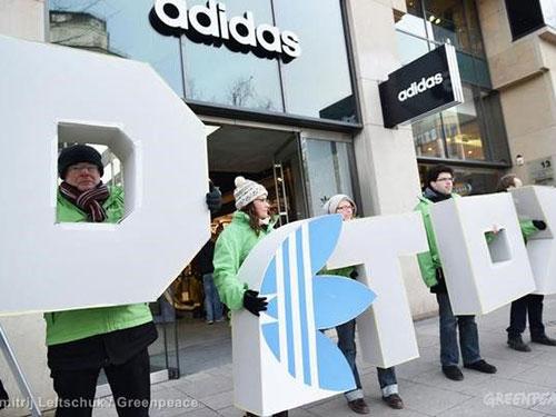 Các tình nguyện viên Hòa bình Xanh phản đối việc sử dụng hóa chất độc hại trước một cửa hàng Adidas  ở Hamburg - Đức Ảnh: GREENPEACE.ORG