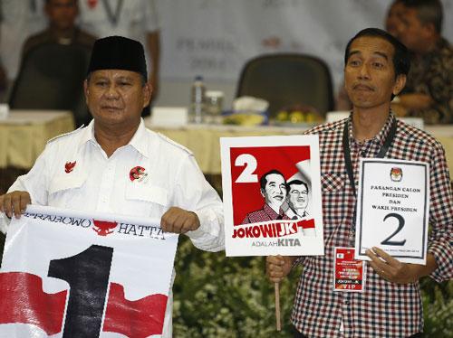 """Thống đốc bang Jakarta Joko """"Jokowi"""" Widodo (phải) và cựu tướng quân đội Prabowo Subianto Ảnh: REUTERS"""