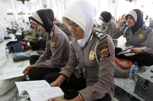 Nữ giới chiếm 3% lực lượng cảnh sát Indonesia Ảnh: EPA