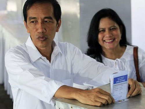 Ông Joko Widodo, ứng viên tổng thống sáng giá của Đảng Dân chủ Indonesia - Đấu tranh, bỏ phiếu hôm 9-4 Ảnh: Reuters