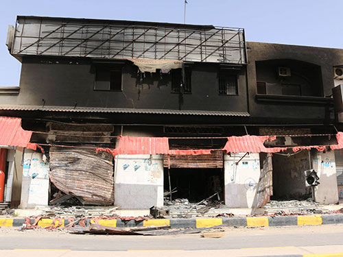 Một tòa nhà hư hỏng nặng bởi các vụ giao tranh gần sân bay quốc tế Tripoli hôm 27-7 Ảnh: REUTERS