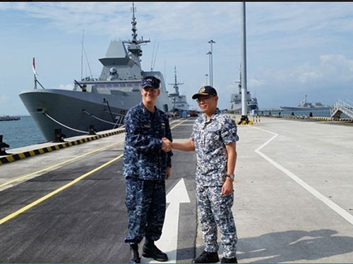 Phó đô đốc Hải quân Mỹ Robert Thomas (trái) và Thiếu tướng Hải quân Singapore Timothy Lo trong cuộc gặp hôm 29-7. Ảnh: CNA