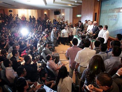 Thủ tướng Malaysia Najib Razak tại cuộc họp báo trưa 15-3 Ảnh: THE STAR