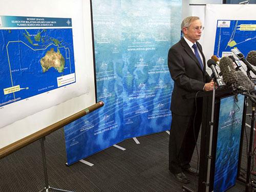 Ông John Young, quan chức của Cơ quan An toàn hàng hải Úc (AMSA), thông báo 2 vật thể nghi là của chiếc máy bay mất tích MH370 hôm 20-3 Ảnh: REUTERS