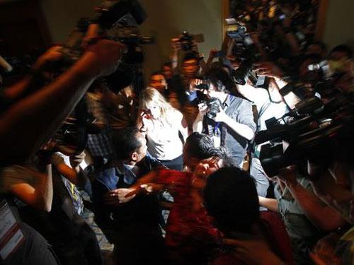 Thân nhân của hành khách Trung Quốc vật vã khi được đưa ra khỏi cuộc họp báo chiều 19-3 ở Kuala Lumpur - Malaysia Ảnh: REUTERS