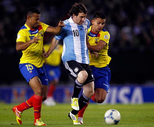 Messi (giữa) chơi tốt trong màu áo đội tuyển Argentina ở vòng loại World Cup 2014 nhưng phong độ gần đây khiến CĐV lo lắng Ảnh: REUTERS