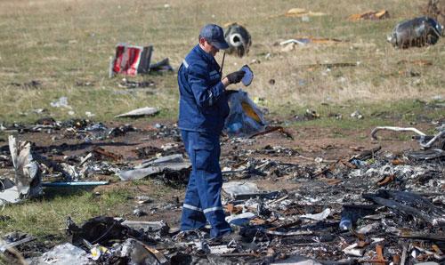 Hiện trường vụ rơi máy bay MH17 Ảnh: REUTERS