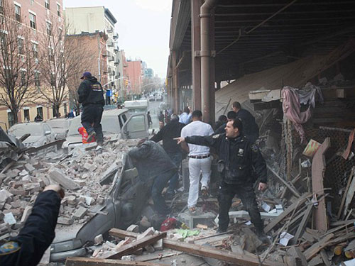 Vụ nổ san bằng 2 tòa nhà một cách nhanh chóng Ảnh: AP