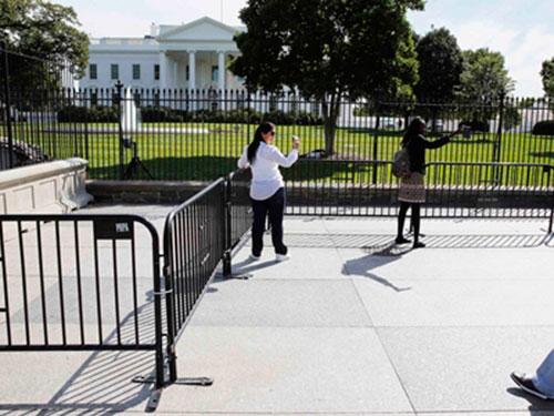 Mật vụ Mỹ vừa dựng thêm mộthàng rào an ninh cao 1 m bên ngoài Nhà TrắngẢnh: Reuters