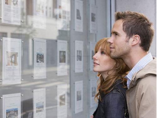 Gần 2/3 người mua nhà lần đầu tại Anh đang nhờ gia đình hỗ trợ tài chính Ảnh: Daily Mail