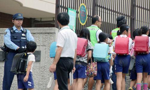 An ninh được tăng cường tại Trường Tiểu học Nagura ở TP Kobe sau vụ bé Mirei Ikuta bị bắt cóc và sát hại. Ảnh: KYODO