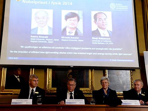 Từ trái qua phải trên màn hình: Isamu Akasaki, Hiroshi Amano và Shuji Nakamura - 3 nhà khoa học được trao giải Nobel Vật lý hôm 7-10 Ảnh: REUTERS