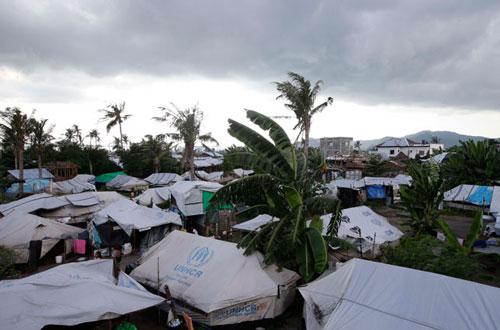Hàng trăm người dân tại một ngôi làng ven biển TP Tacloban vẫn còn sống trong các lều trại kể từ sau siêu bão Haiyan Ảnh: AP