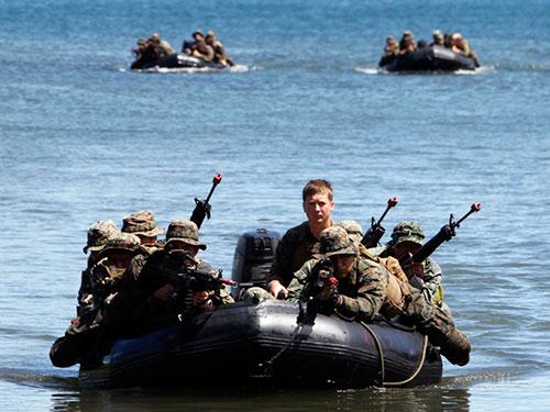 Binh lính Philippines và Mỹ tham gia cuộc tập trận tấn công đảo gần đây Ảnh: REUTERS