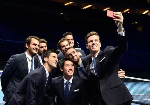 Berdych cùng 7 tay vợt dự giải tự chụp ảnh trong buổi họp báo rạng sáng 8-11. Raonic là người đứng cuối cùng  Ảnh: REUTERS