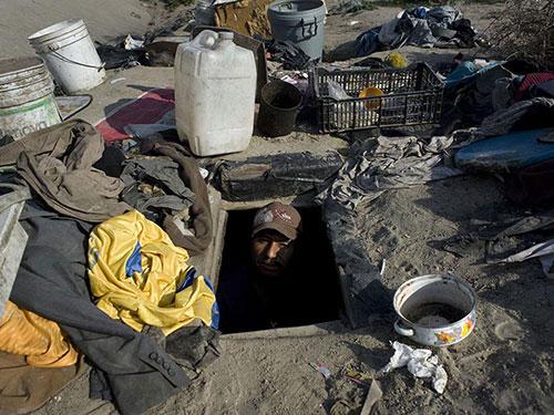 Một người sống tại khu ổ chuột El Bordo Ảnh: Vice.com