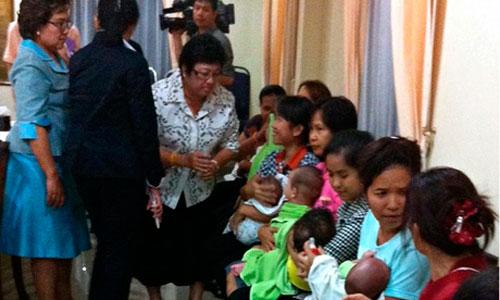 Người đàn ông được cho là Mitsutoki Shigeta (ảnh trên) và các vú em bồng con của Shigeta sau khi cảnh sát lục soát căn hộ ở Bangkok Ảnh: SMH-EPA